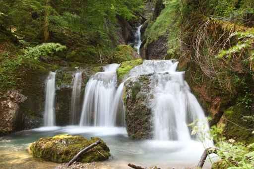 Wasserfall im Bergwald